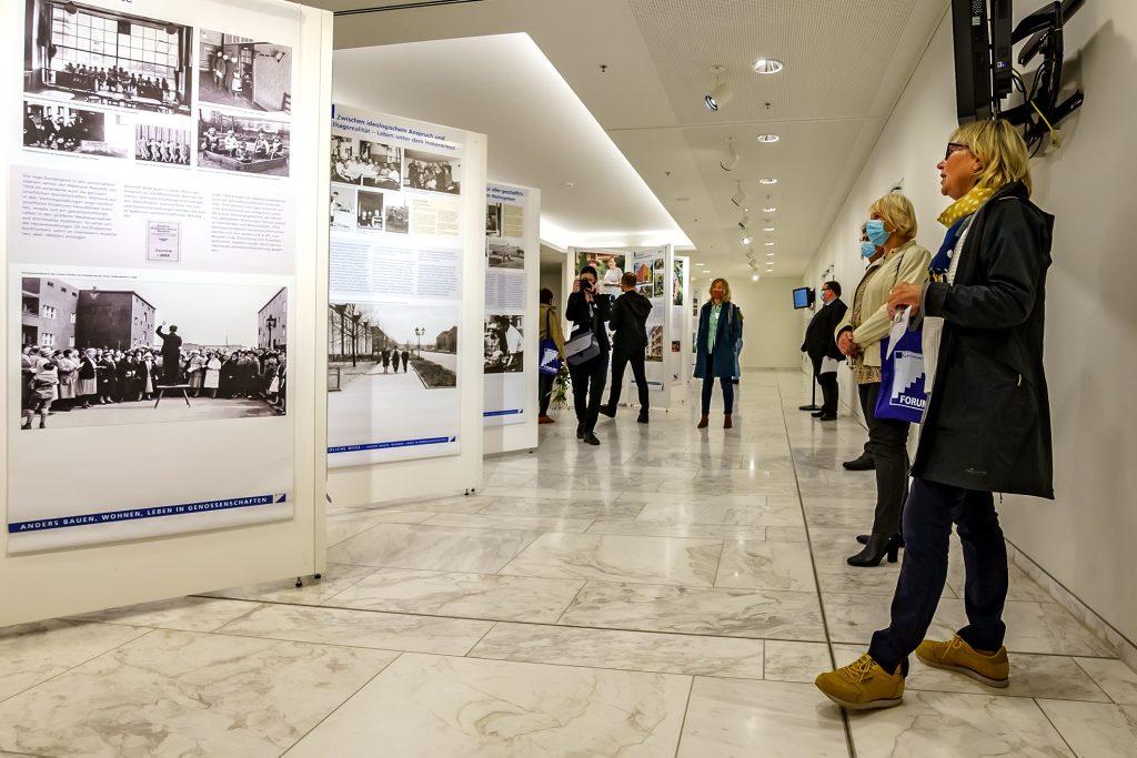 Führung im Foyer des Brandenburger Landtags