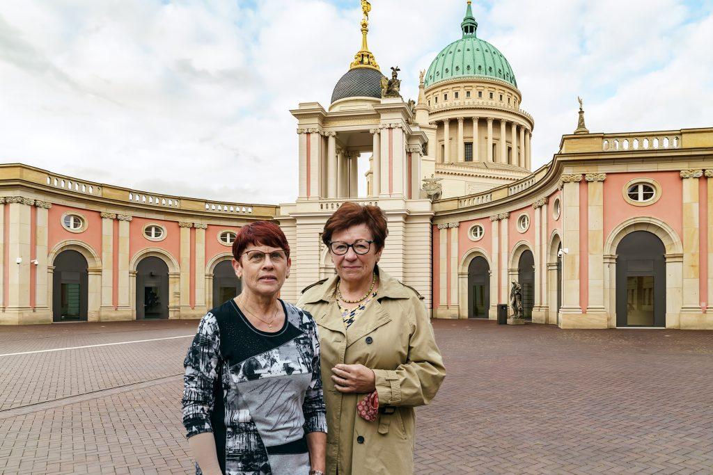 Engagierte Ehrenamtlerinnen aus den Potsdamer Genossenschaften Führung im Foyer des Brandenburger Landtags