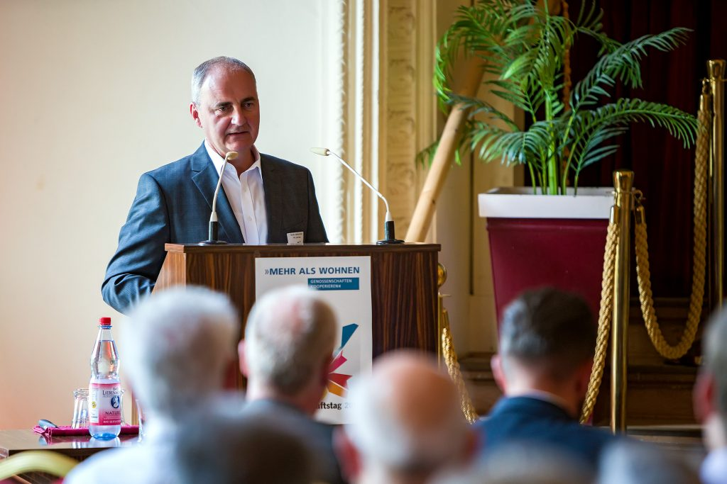 """Bodo Jablonowski, Vorstand der WBG """"Karl Marx"""" Potsdam eG, eröffnet die Veranstaltung"""